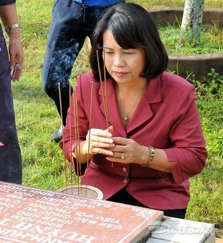 Doan Chu tich UBTU MTTQ VIet Nam dang huong tai nghia trang liet si tinh Binh Thuan - Anh 11