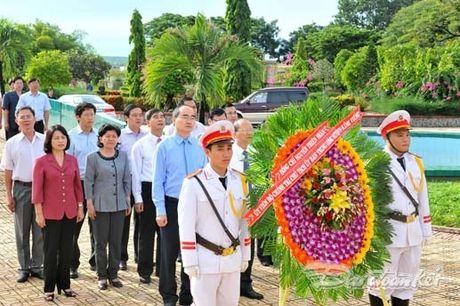 Doan Chu tich UBTU MTTQ VIet Nam dang huong tai nghia trang liet si tinh Binh Thuan - Anh 2