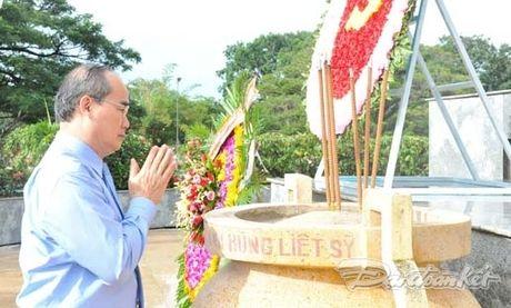 Doan Chu tich UBTU MTTQ VIet Nam dang huong tai nghia trang liet si tinh Binh Thuan - Anh 6