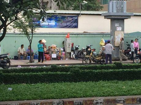 TP.HCM: Nhech nhac hang rong truoc cong benh vien - Anh 1