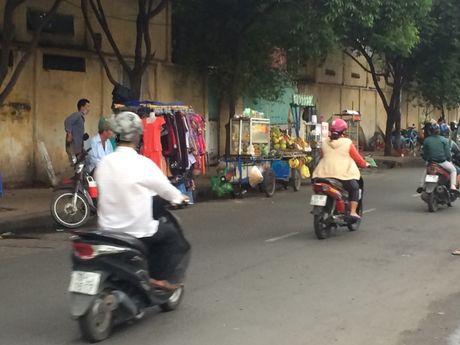 TP.HCM: Nhech nhac hang rong truoc cong benh vien - Anh 3