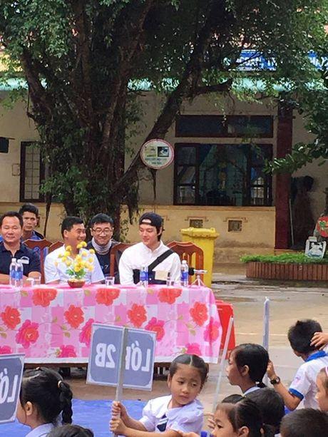 "Sao nhi ""Mat trang om mat troi"" xuat hien tai truong hoc o Quang Tri - Anh 2"