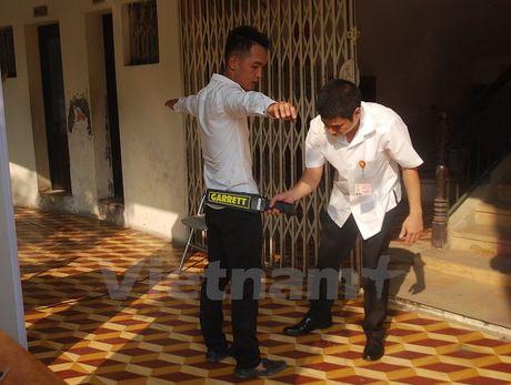 Phat hien dien thoai boc cao su nem cho thi sinh thi tieng Han - Anh 2