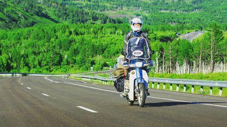 Nam thanh nien vuot 18.000 km den Duc bang Honda Super Cub - Anh 1