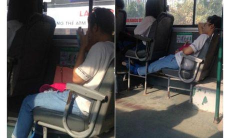 Hanh dong vo duyen cua co gai tren xe bus gay uc che - Anh 1