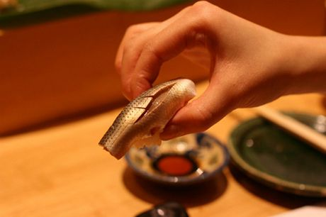Tiem sushi chi co 10 ghe ma Beckham, Obama cung phai xep hang ghe tham - Anh 8