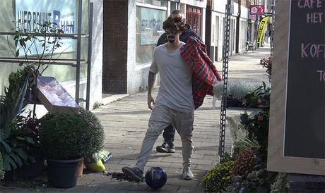 Justin Bieber deo rau 'de' nguy trang tren duong pho - Anh 1