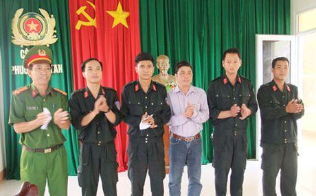 Khen thuong luc luong Cong an giai cuu con tin an toan - Anh 1