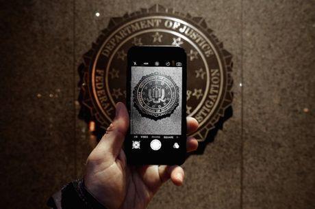 Apple lai gap kho vi FBI muon be khoa iPhone - Anh 1