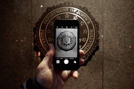FBI lai dang tim cach mo khoa iPhone cua nghi pham vu tan cong tai Minessota - Anh 1