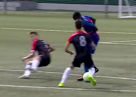 Sao tre Barcelona tai hien 'sieu pham' cua Bergkamp - Anh 2