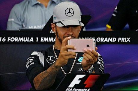Lewis Hamilton gay soc khi nghich Iphone trong suot cuoc hop bao - Anh 2
