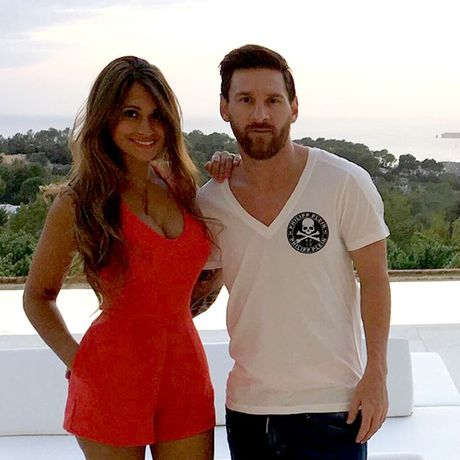 Diem tin hau truong 10/9: Neymar noi doa, tu mat nguoi tinh vi lo clip nong; Messi va vo khoe hinh xam cuc chat - Anh 2