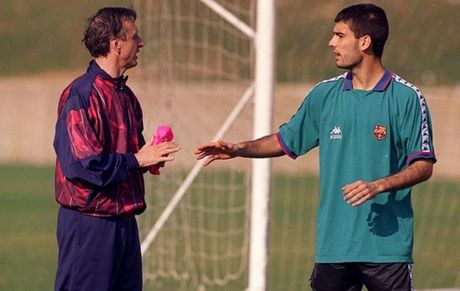 Diem tin hau truong 10/9: Neymar noi doa, tu mat nguoi tinh vi lo clip nong; Messi va vo khoe hinh xam cuc chat - Anh 3