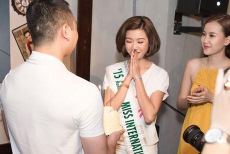 Ban trai dai gia cua A hau Thuy Van lan dau lo dien truoc cong chung - Anh 3