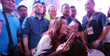 Tong thong Duterte than tho chuyen 'thieu thon' khi dem ve - Anh 1