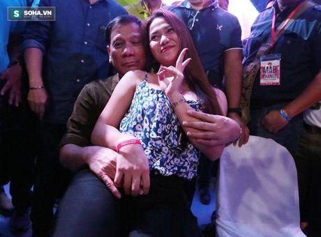 Tong thong Duterte than tho chuyen 'thieu thon' khi dem ve - Anh 2