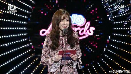 Ahn Jae Hyun 'tinh to' Goo Hye Sun ngay tai su kien: 'Ba xa a, anh yeu em nhieu lam' - Anh 2
