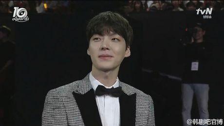 Ahn Jae Hyun 'tinh to' Goo Hye Sun ngay tai su kien: 'Ba xa a, anh yeu em nhieu lam' - Anh 3