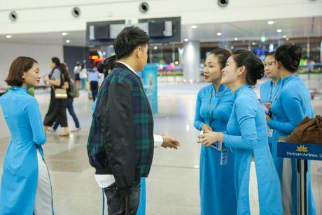 Noo Phuoc Thinh duoc nhan vien san bay vay quanh - Anh 6