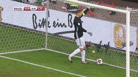 HAI HUOC: Manuel Neuer tu sut bong trung mat minh - Anh 2