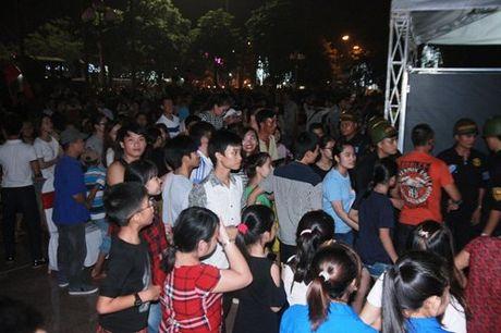 Hang tram canh sat phai 'bao ve' Mr. Dam dien tai Vinh - Anh 5