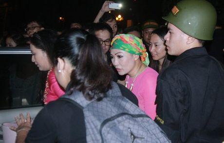 Hang tram canh sat phai 'bao ve' Mr. Dam dien tai Vinh - Anh 9