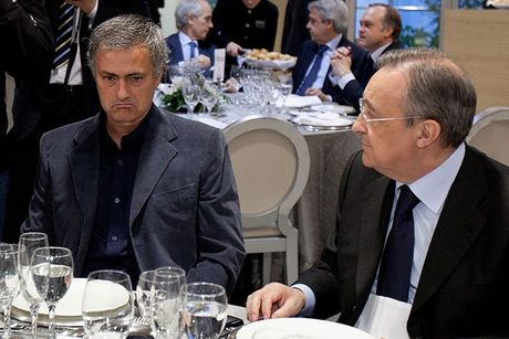 Mourinho am tham 'dam sau lung' Florentino Perez - Anh 1