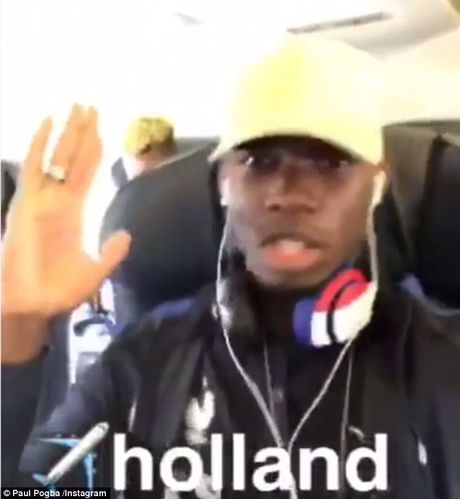 Pogba quay thiet sung tren may bay - Anh 1