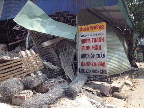 Hai Duong: Kinh hoang xe container mat lai, tong xuyen 4 nha dan - Anh 3