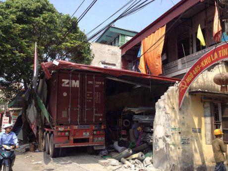 Hai Duong: Kinh hoang xe container mat lai, tong xuyen 4 nha dan - Anh 5