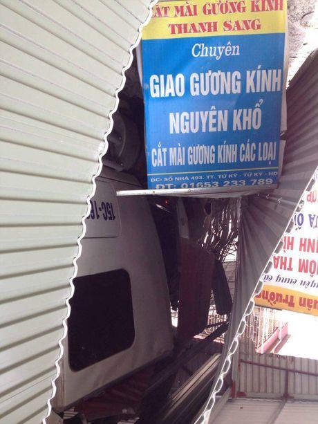 Hai Duong: Kinh hoang xe container mat lai, tong xuyen 4 nha dan - Anh 6