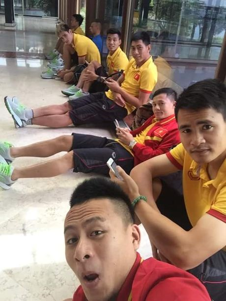 Sau chuyen du dau tai Indonesia: Thay tro Huu Thang 'ren' ngap Facebook - Anh 1