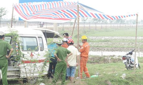 Phat hien thi the nguoi dan ong chet ben xe may canh Quoc lo 8b - Anh 1