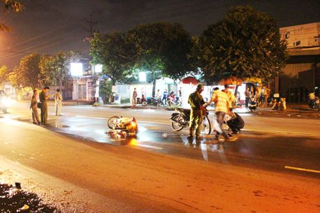 Binh Duong: Tong chet nguoi, 2 nam thanh nien dung xe bo chay - Anh 1