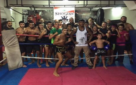 Thanh Muay Thai 'tan cong' noi day ray tieng sung - Anh 5