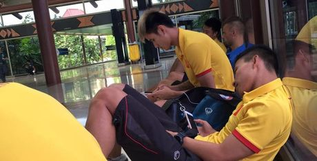 Thay tro HLV Huu Thang nhoc nhan tro ve nuoc - Anh 1