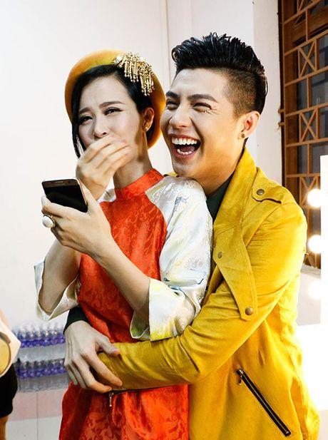 Hanh dong cua Noo Phuoc Thinh moi lan dung canh phu nu dep - Anh 10