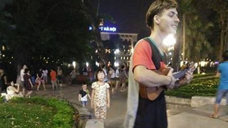 Chang trai Tay hat xin tien tren pho Ha Noi de di du lich - Anh 1