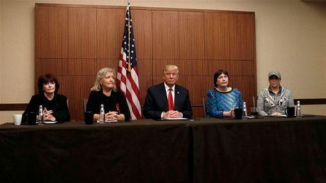 4 phu nu xuat hien cung Donald Trump, to cao Bill Clinton tan cong tinh duc la ai? - Anh 1