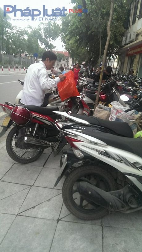 Bai xe khong phep 'chat chem' nguoi dan canh So Y te Ha Noi - Anh 2