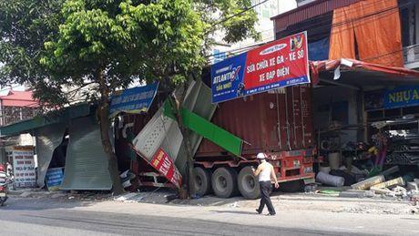 Xe container dam sap 3 gian hang ven tinh lo - Anh 1
