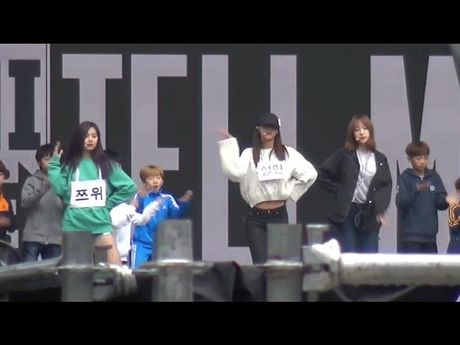 Su khac nhau ve thai do cua Tzuyu va Hani khi Seolhyun (AOA) gap su co - Anh 1