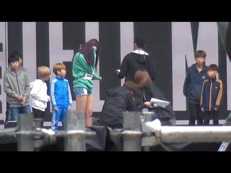 Su khac nhau ve thai do cua Tzuyu va Hani khi Seolhyun (AOA) gap su co - Anh 3