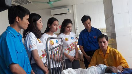 Hoa khoi Sinh vien Ha Noi tham benh nhi tai Bac Giang - Anh 4