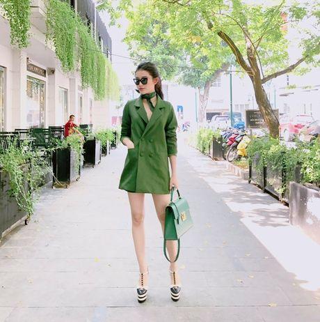 My nhan Viet hoa 'nang tho mua thu', khoe street style an tuong tren pho - Anh 1
