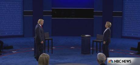 Bay khoanh khac 'kinh dien' trong cuoc doi dau lan 2 giua Trump-Clinton - Anh 1