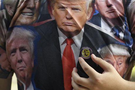 Tranh luan Trump - Clinton lan 2: Ong Trump trong mat quoc te - Anh 8