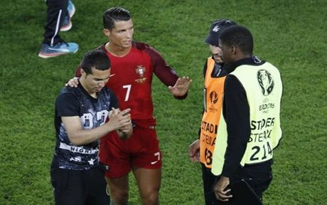 Ronaldo thoai mai chup tu suong cung fan cuong - Anh 1