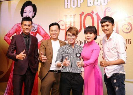"Huynh Lap ""chap but"" cho Viet Huong deo day chuyen hon 2 ty tai liveshow - Anh 1"